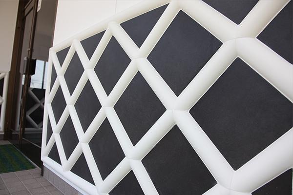 中津鋼材社屋外観のなまこ壁